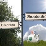 Schilder mit Aufschrift Finanzamt und Steuerberater
