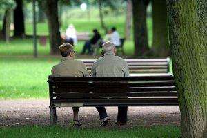 Paar auf Parkbank sitzend