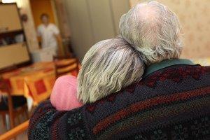 Seniorenpaar im Sitzen