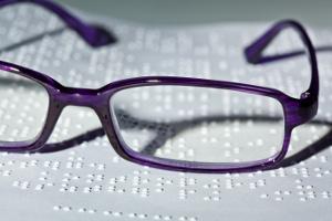 Brille vor Braille-Schrift