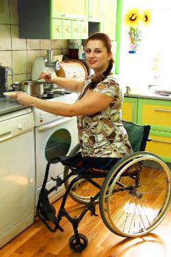 Frau im Rollstuhl in der Küche