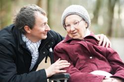 Seniorin im Rollstuhl mit Sohn