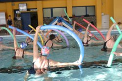 Krankengymnastik im Schwimmbad