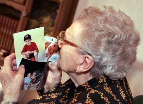 Seniorin schaut Fotos an