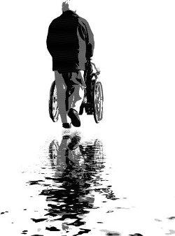 Person, die Rollstuhl schiebt