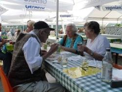 Gemütliche Runde beim Ulmer Weinblütenfest