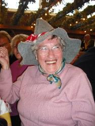 Volksfestbesuch mit Hut