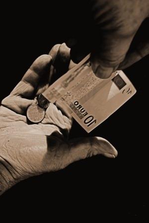 Eine Hand reicht anderer Geld